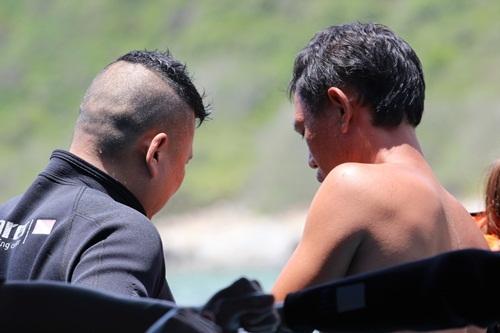 Một vị khách Trung Quốc đang chuẩn bị chơi trò lặn biển