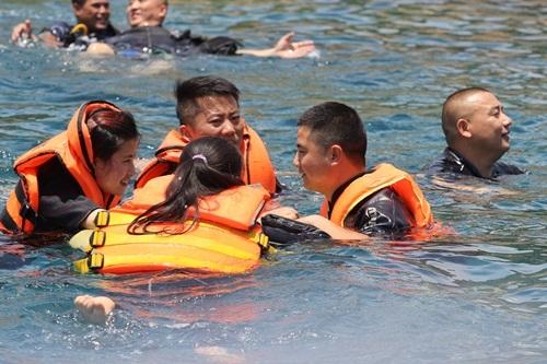 Một nhóm du khách Trung Quốc đang đùa giỡn dưới biển Nha Trang