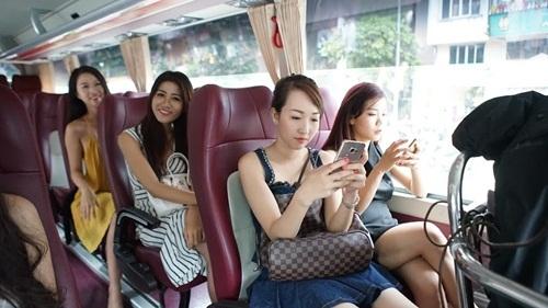 Ngay trong buổi đầu tiên di chuyển từ Hạ Long về Hà Nội, các người đẹp trong cuộc thi Hoa hậu biển VN 2016 đã tỏ ra hứng khởi bởi tất cả vừa được bước ra cuộc khi với nhiều áp lực, gay cấn...