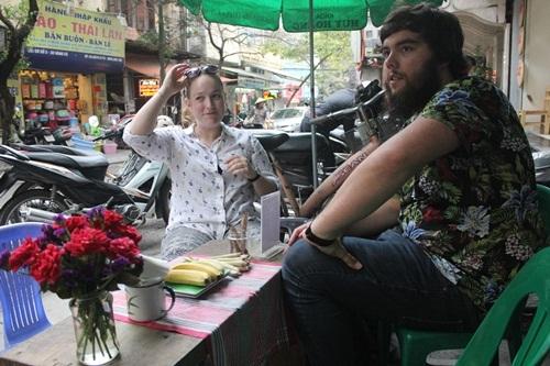 Được ngồi trên những chiếc ghế nhựa bên chiếc bàn ăn xinh xinh bên hè phố là những trải nghiệm được nhiều du khách quốc tế muốn thử khi tới Hà Nội