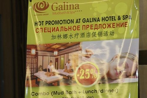 Để đón được nhiều khách Trung Quốc, nhiều khách sạn trưng biển hạ giá các dịch vụ của mình