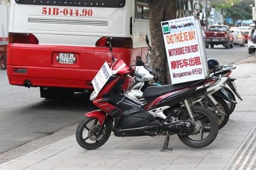 Nhà hàng, cửa hàng mua bán và ngay cả dịch vụ cho thuê xe máy cũng được người dân Nha Trang trưng biển tiếng Trung