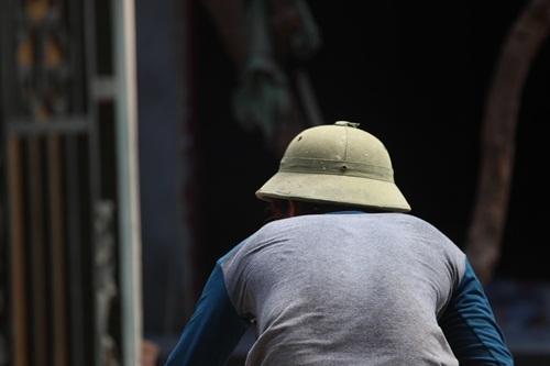 Mặc dù nắng nóng, nhưng để mưu sinh vẫn có nhiều người dân lao động phải phơi mình giữa trưa hè ...