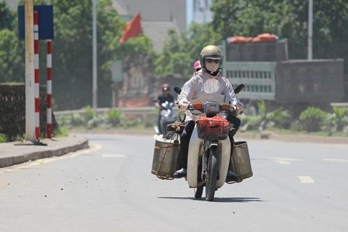 Ngay từ 10h sáng, thời tiết Hà Nội đã trở nên khá gay gắt, đường phố Hà Nội thưa người hẳn, người có việc ra đường đều được ngụy trang kín mít