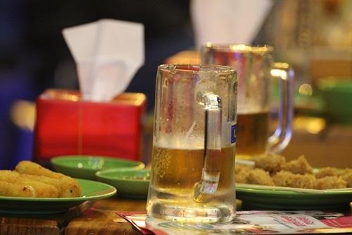 Dù bạn là người Việt Nam hay khách quốc tế, ghé vào bất cứ quán hàng nào ở đây, bạn cũng có thể dễ dàng gọi cho mình một vài chai bia để nhâm nhi.