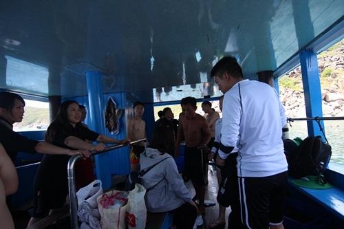 Khách du lịch Trung Quốc đang chuẩn bị lặn biển ở Nha Trang