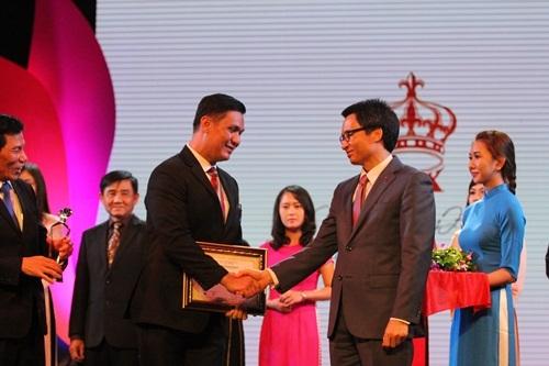 Phó Thủ tướng Vũ Đức Đam trao giải cho doanh nghiệp khách sạn 5 sao hàng đầu Việt Nam