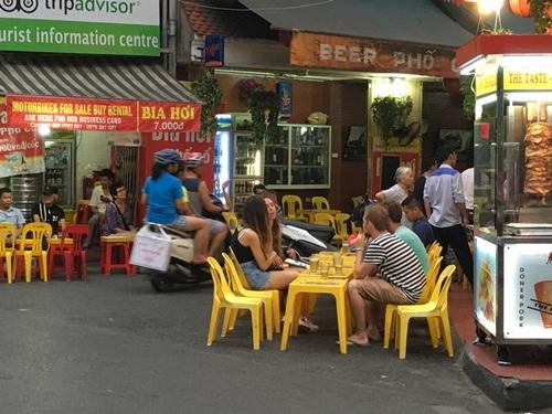 Những người làm du lịch Hà Nội hy vọng, sau khi giờ giới nghiêm được gỡ bỏ, Hà Nội sẽ có nhiều dịch vụ vui chơi hơn, chứ không phải loanh quanh với dịch vụ bia hơi cho khách tây như hiện nay.