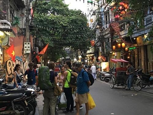 Sẩm tối, các khu phố cổ Hà Nội đã nhộn nhịp khách quốc tế.