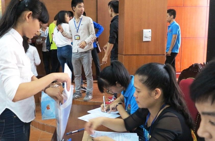 Em Huyền Trang (đứng, áo trắng) nhập học sáng ngày 11/9.