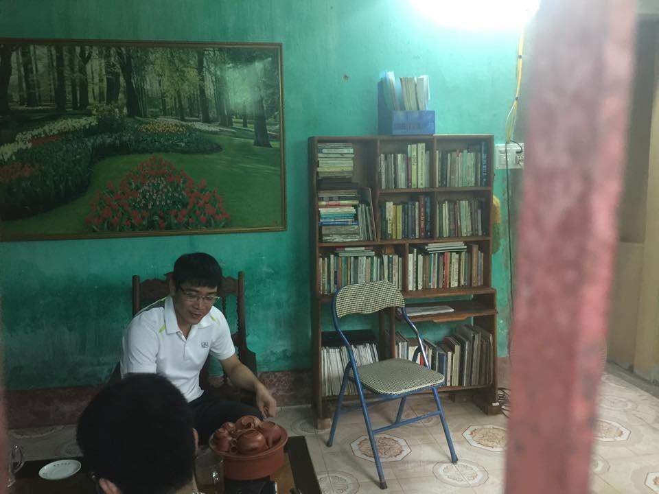 Căn nhà đơn sơ, nơi góc bàn của mình, Ngô Xuân Phúc có rất nhiều sách vở quý.