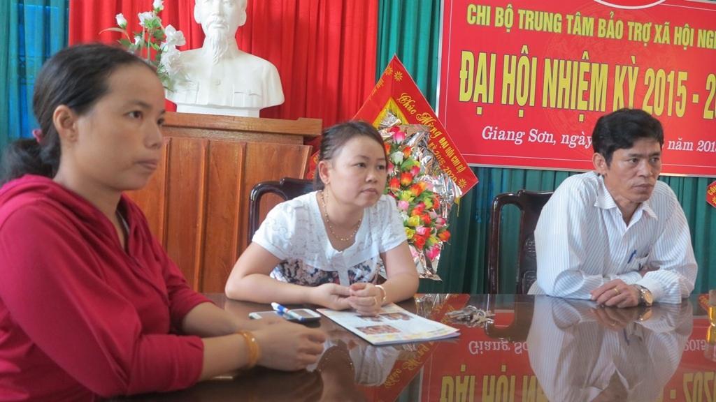 Các cán bộ tại Trung tâm BTXH Nghệ An trong buổi làm việc trước đó với phóng viên.