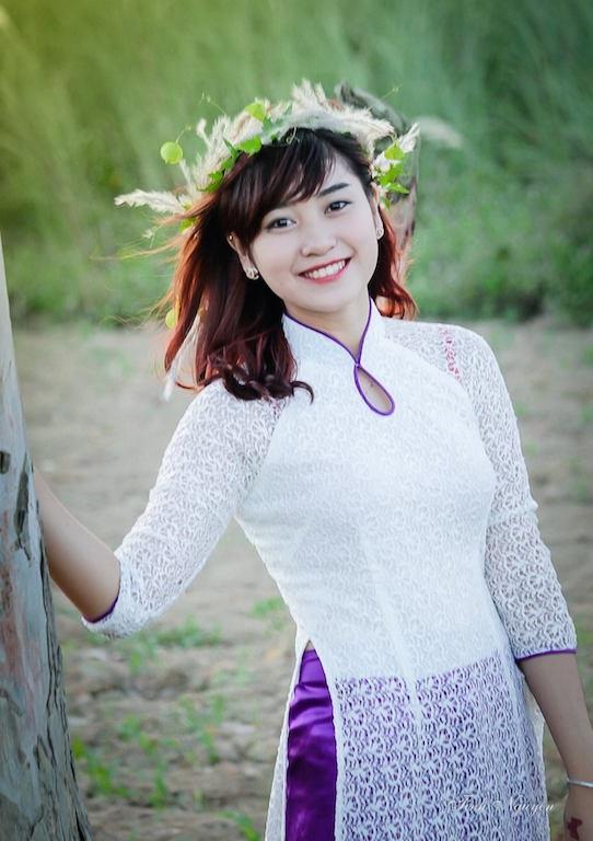 Thiếu nữ cài hoa lau trên đầu (Ảnh: Nguyễn Hữu Tình)