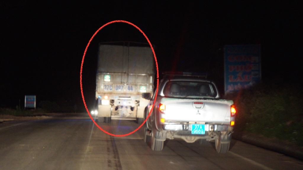 Một chiếc xe chở keo quá tải được CSGT đường Hồ Chí Minh di lý về Đội CSGT 1-48 để gửi và xử lý.