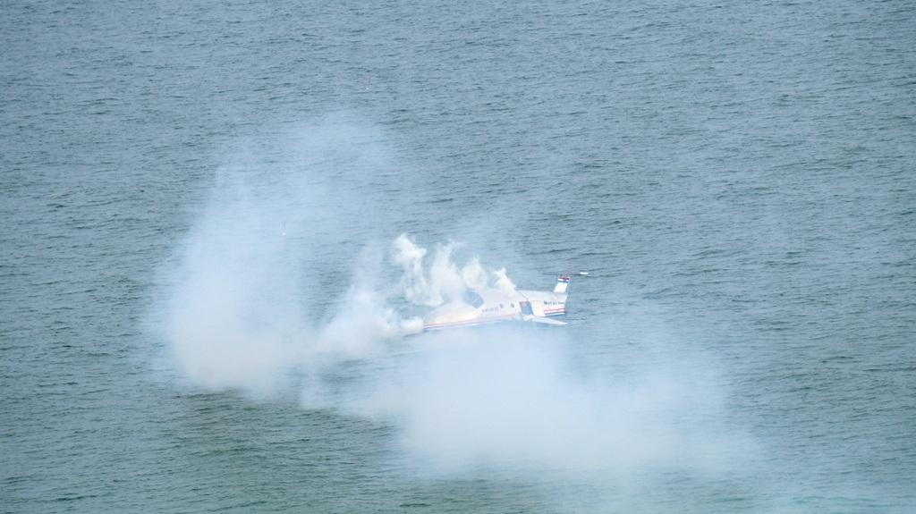 Chiếc máy bay chở người lao xuống biển cháy.