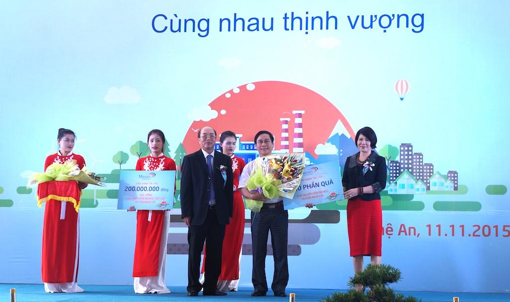 Tập đoàn MASAN đã trao 250 suất quà cho học sinh Nghi Lộc và 200 triệu đồng học bổng cho học sinh trên địa bàn.