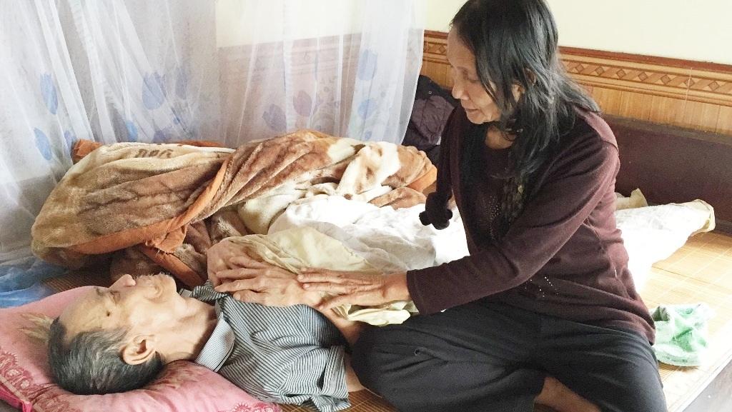 Bà Tuyết chăm sóc ông Hóa (Ảnh chụp ngày 28/11/2015).