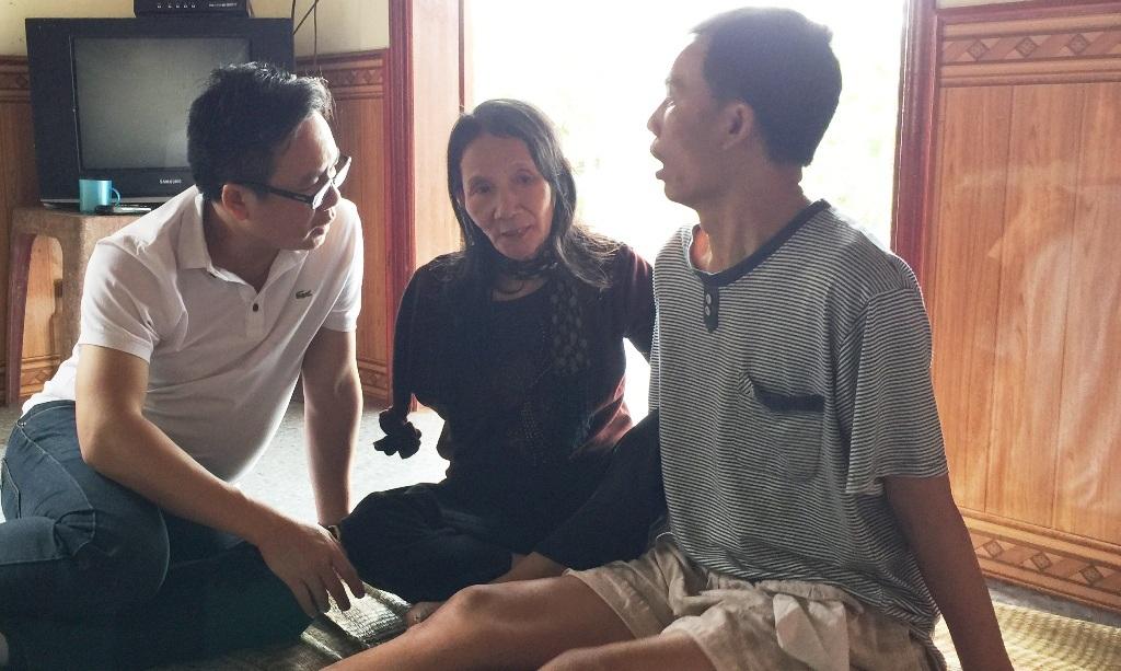 Anh Việt và bà Tuyết tâm sự cùng PV Dân trí trong ngày trở lại thăm gia đình (Ảnh ghi lại ngày 28/11/2015).