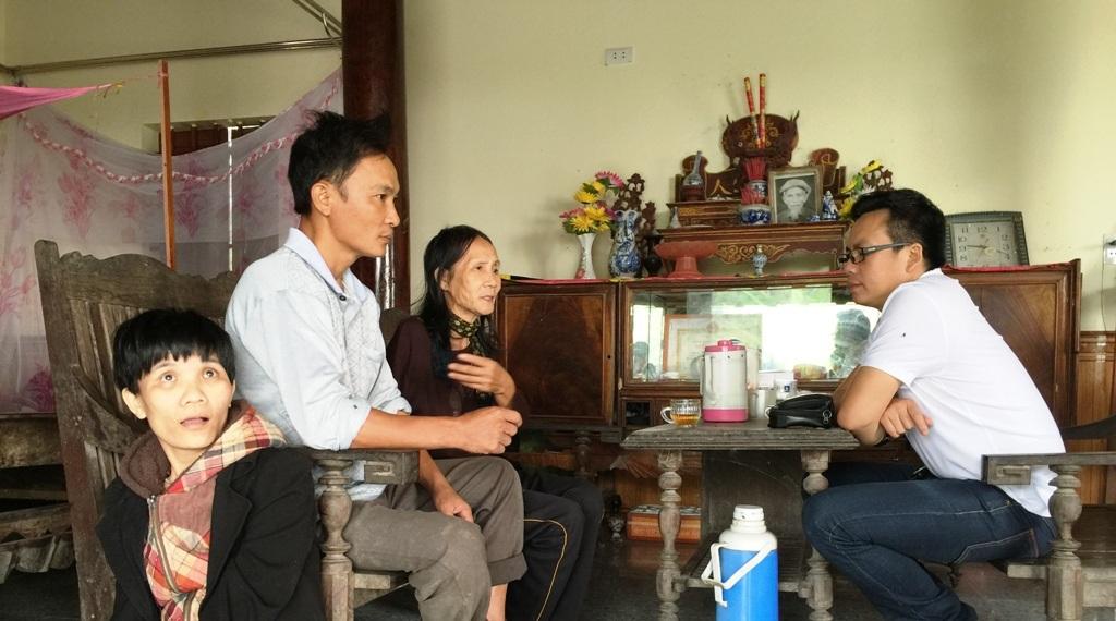 Gia đình bà Tuyết, anh Cường tâm sự với PV Dân trí trong ngày trở lại thăm ông Hóa vào ngày 28/11/2015.