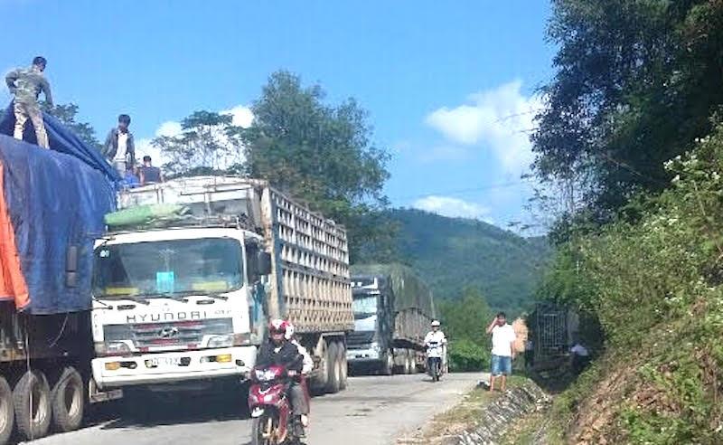 """Bắt tại trận đoàn xe quá tải """"ì ạch"""" từ Lào về Nghệ An - 2"""