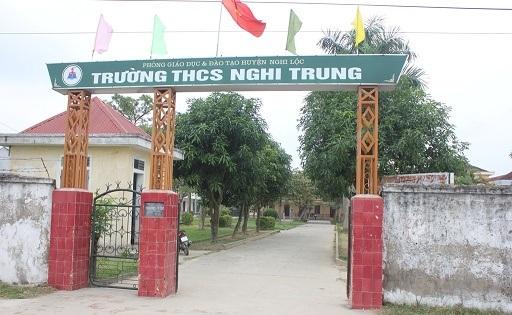 Trường THCS xã Nghi Trung nơi cô Chinh làm việc và bị chính con trai cô hiệu trưởng đe dọa cho nổ tung nhà.