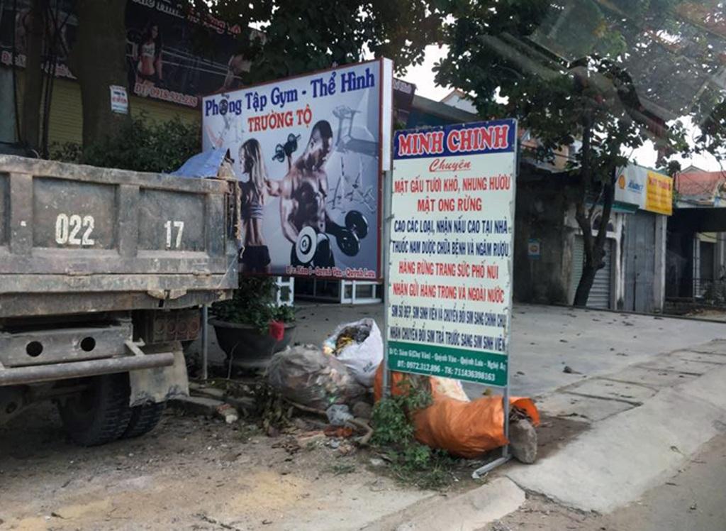 Ngay tại nhà riêng của mình, Chinh cũng làm biển hiệu công khai rao bán các loại cao, mật mà không bị lực lượng chức năng nào hỏi thăm.