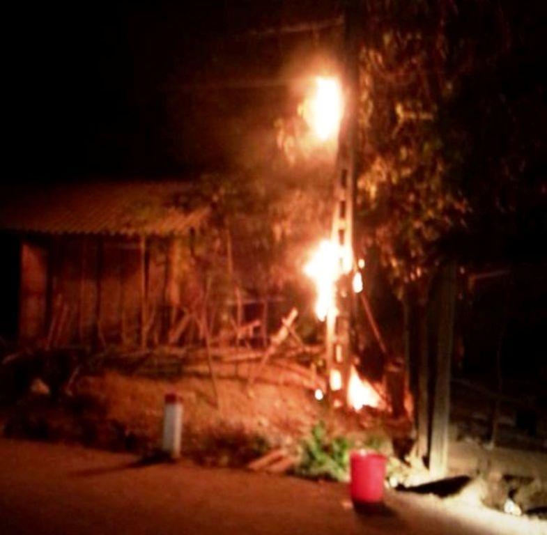 Cột điện số 24 (thuộc bản xóm Mới, Châu Phong) bốc cháy trong đêm 10/1/2016.