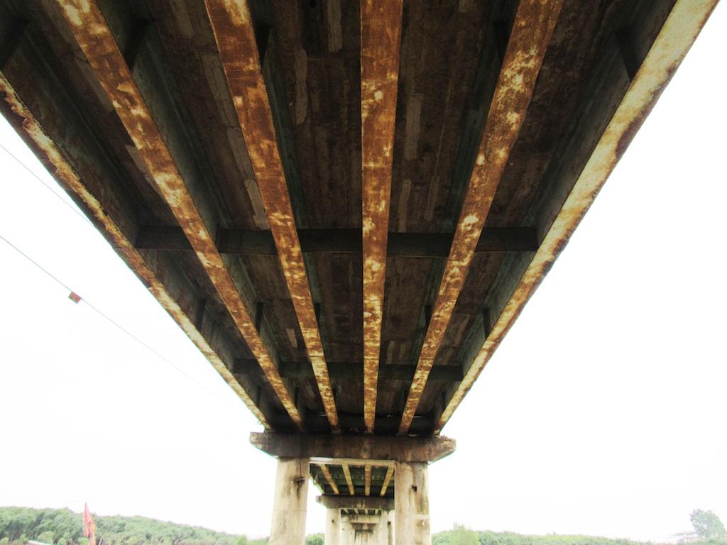 Mặt dưới của cầu bị rỉ sét và không đảm bảo chất lượng.