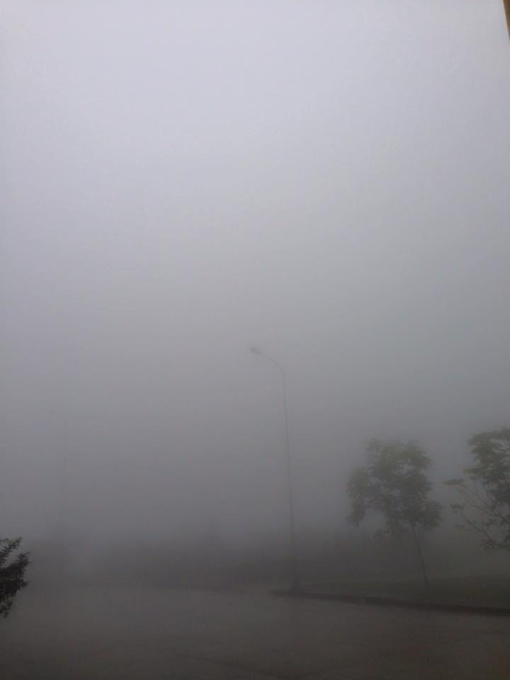 Khu vực cửa khẩu quốc tế Nậm Cắn sương mù bao phủ dày đặc và đã xuất hiện băng giá lúc sáng sớm tinh mơ.