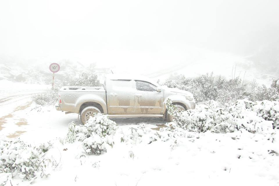 Một chiếc xe bị tuyết phủ trắng (Ảnh: Bằng Trần)