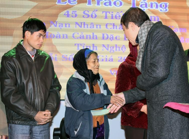 """Ông Lê VHồng đã tổ chức chương trình biểu diễn nghệ thuật với chủ đề """"Chung tay xoa dịu nỗi đau da cam"""" nhằm gây quỹ ủng hộ các nạn nhân chất độc màu da cam tại tỉnh Nghệ An."""