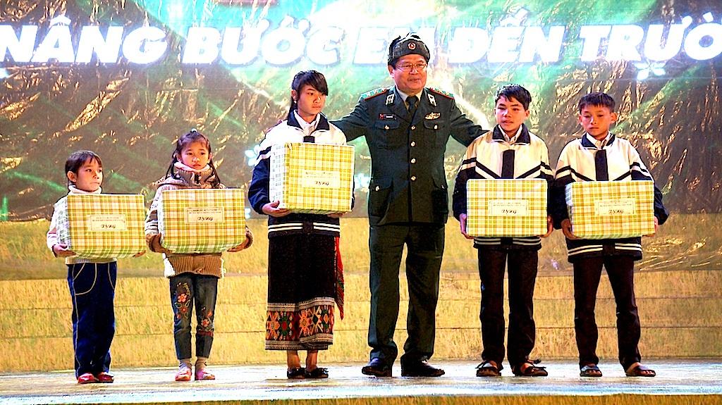 Trao quà đến các em học sinh nghèo học giỏi xã Tri Lễ.