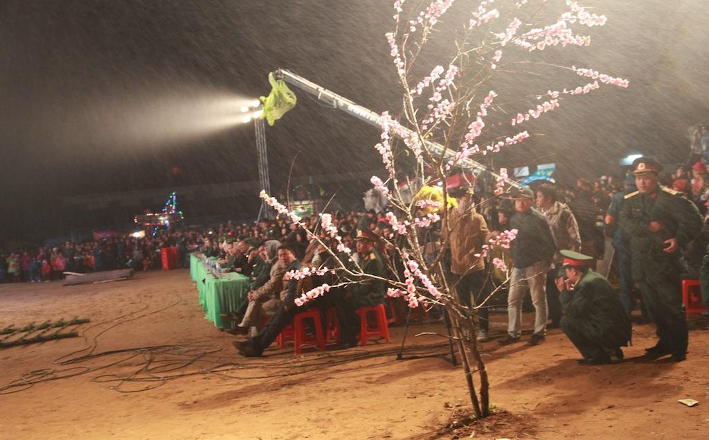 Dù thời tiết mưa phùn, giá lạnh nhưng không ngăn được bà con bản làng tham dự chương trình đầy ý nghĩa này.
