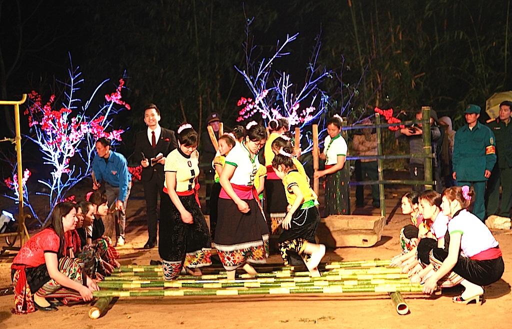 Song song với chương trình văn nghệ, là vui nhảy sạp. Tiết mục không thể thiếu đối với người dân xã Tri Lễ mỗi khi tết đến xuân về.