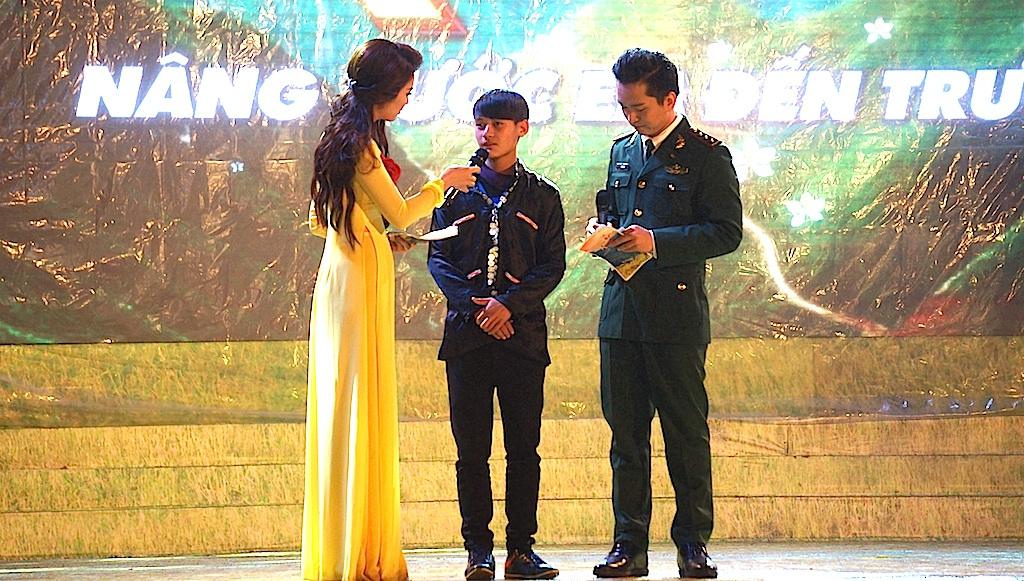 Trong chương trình, MC đã phỏng vấn em Mạ Mỏ Hà học sinh lớp 10 đến từ Mường Tè, Lai Châu - em Hà là học sinh mồ côi bố mẹ từ nhỏ và được các chiến sĩ ĐBP ở Mường Tè nhận nuôi.