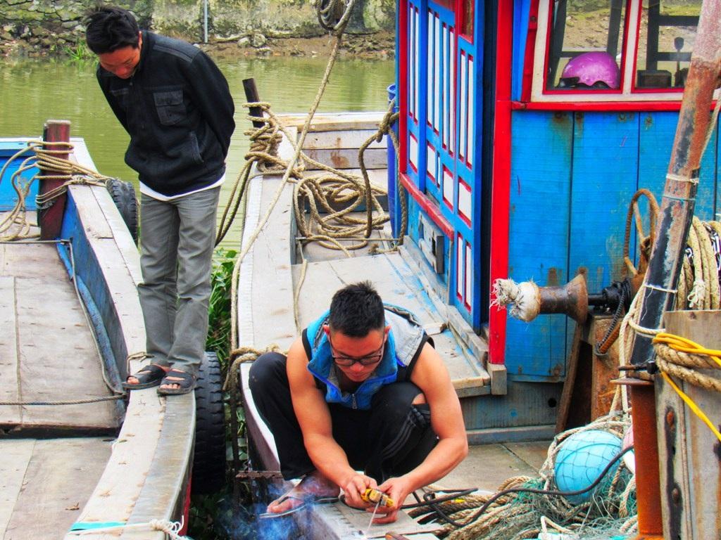 Đang sửa chữa lại tàu để ra khơi trong dịp cuối năm, ngư dân Hoàng Văn Tiến (trú xã Diễn Bích, Diễn Châu) cho biết, anh đang chuẩn bị cho chuyến đánh bắt phục vụ người dân trong Tết Nguyên đán. Nếu chuyến đi này đánh bắt được nhiều cá, gia đình anh sẽ có cái tết ấm no.