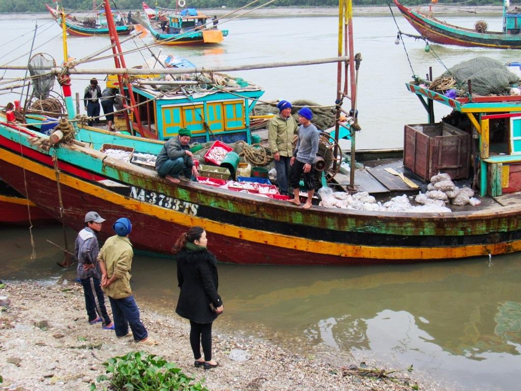 Mỗi lần thuyền của các ngư dân cập bến cũng là lúc tấp nập nhất khi nhiều khách hàng ra ngay tại thuyền mới đánh bắt về để mua cho mình những con cá tươi ngon nhất.
