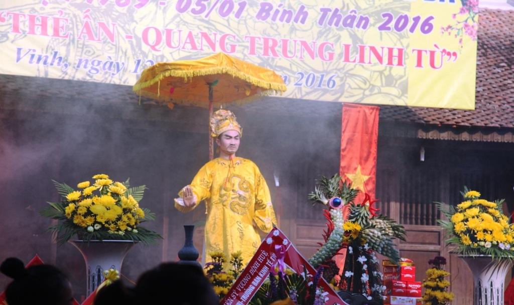 Hàng ngàn người xếp hàng nhận thẻ ấn Quang Trung Linh Tự - 8