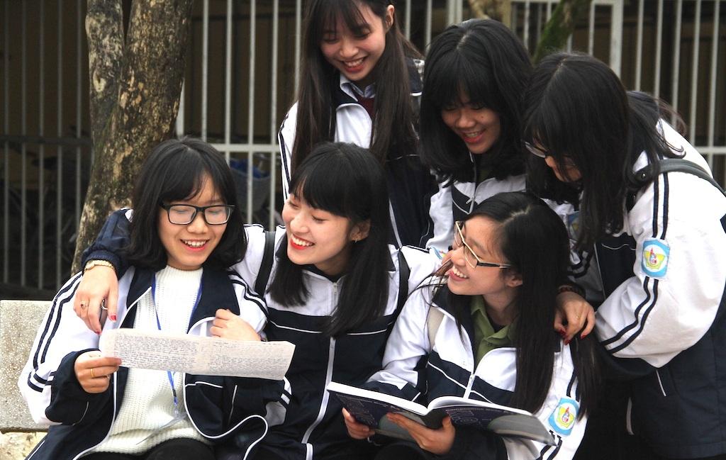 Khánh Vy và bạn bè sau mỗi giờ học luôn có cách giải trí, giúp nhau tìm hiểu bài sâu sắc hơn.