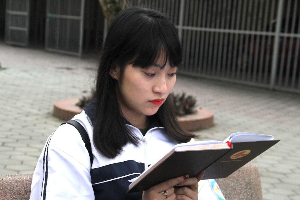 Với Khánh Vy dù được chọn vào một trường ĐH tại Hà Nội, nhưng em vẫn tiếp tục ôn thì và thi vào hai trường khác để thử sức mình.