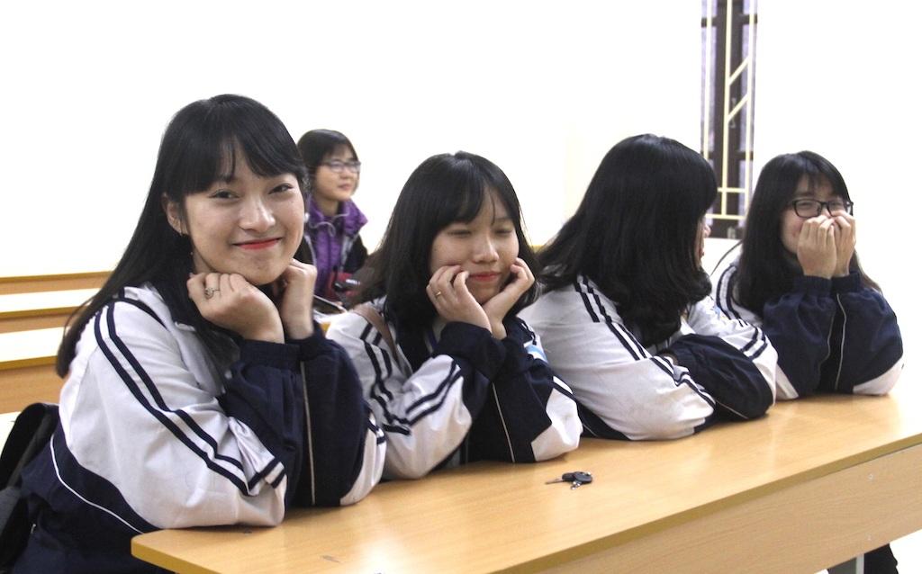 Trong lớp, Khánh Vy vẫn luôn là nữ sinh vui vẻ, hòa nhã với bạn bè và thật đáng yêu.