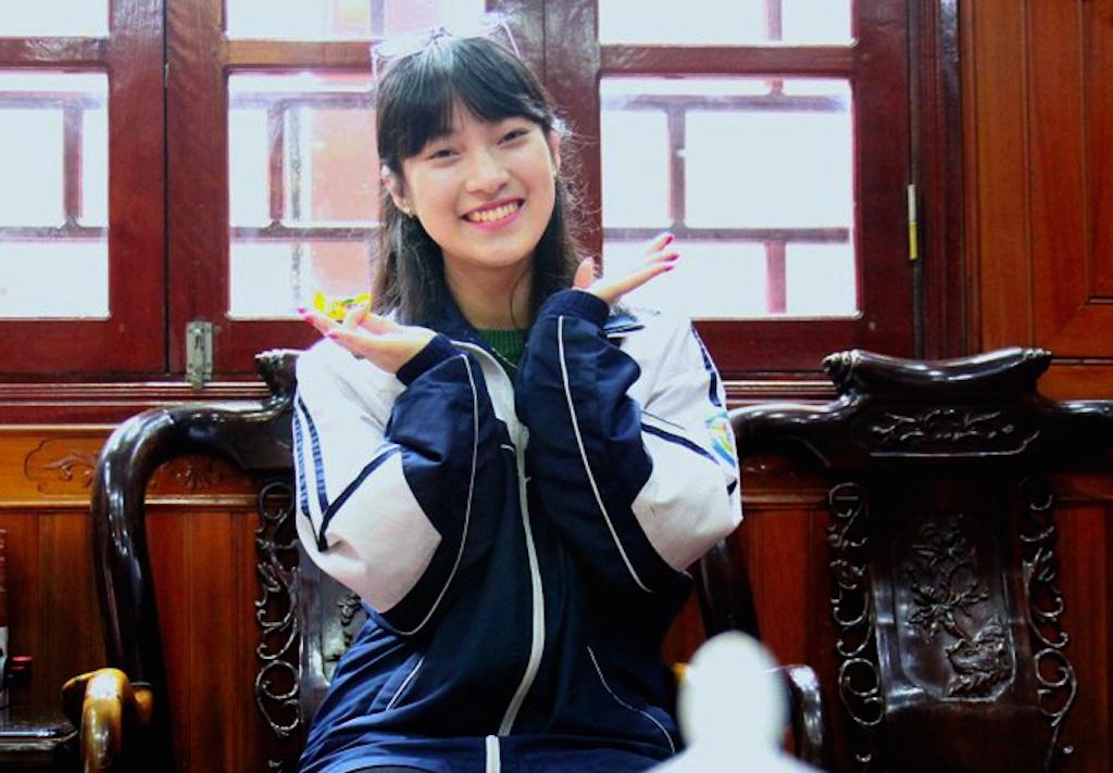 Ở nhà, Khánh Vy luôn vui vẻ, pha trò trong những trò chơi trên truyền hình.