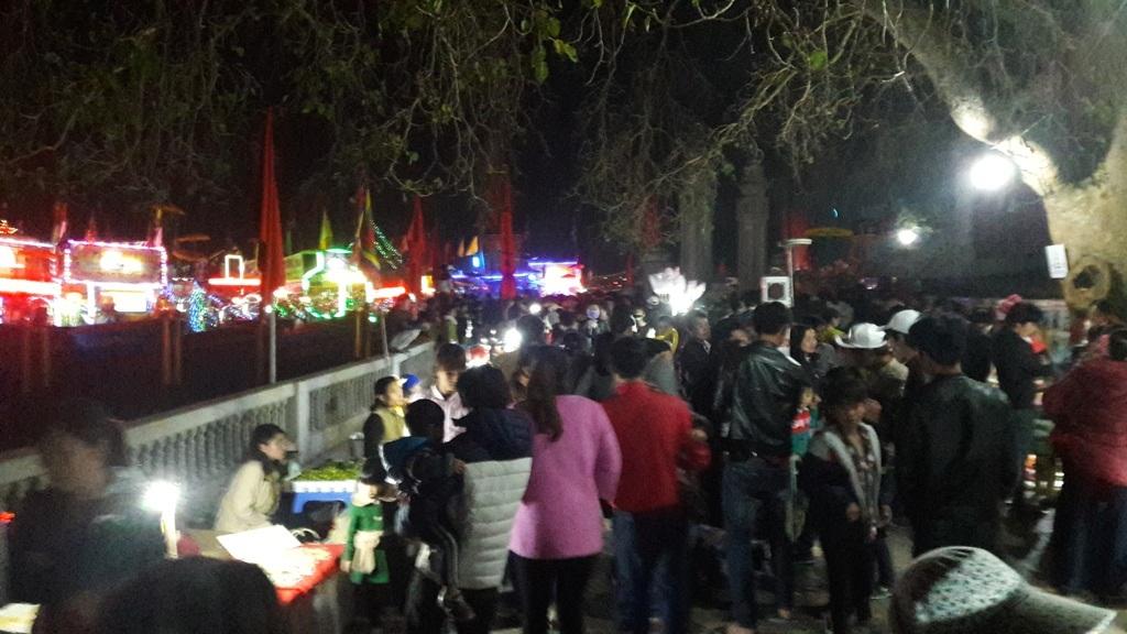Hàng ngàn người chen chân trong đêm khai hội.