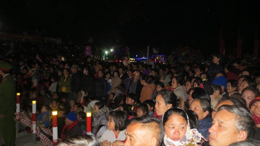 Hàng ngàn người dân và du khách thập phương đã không quản ngại đường sá xa xôi đến dự đêm khai hội tại ngôi đền linh thiêng nhất xứ Nghệ vào đêm 20/1 âm lịch.