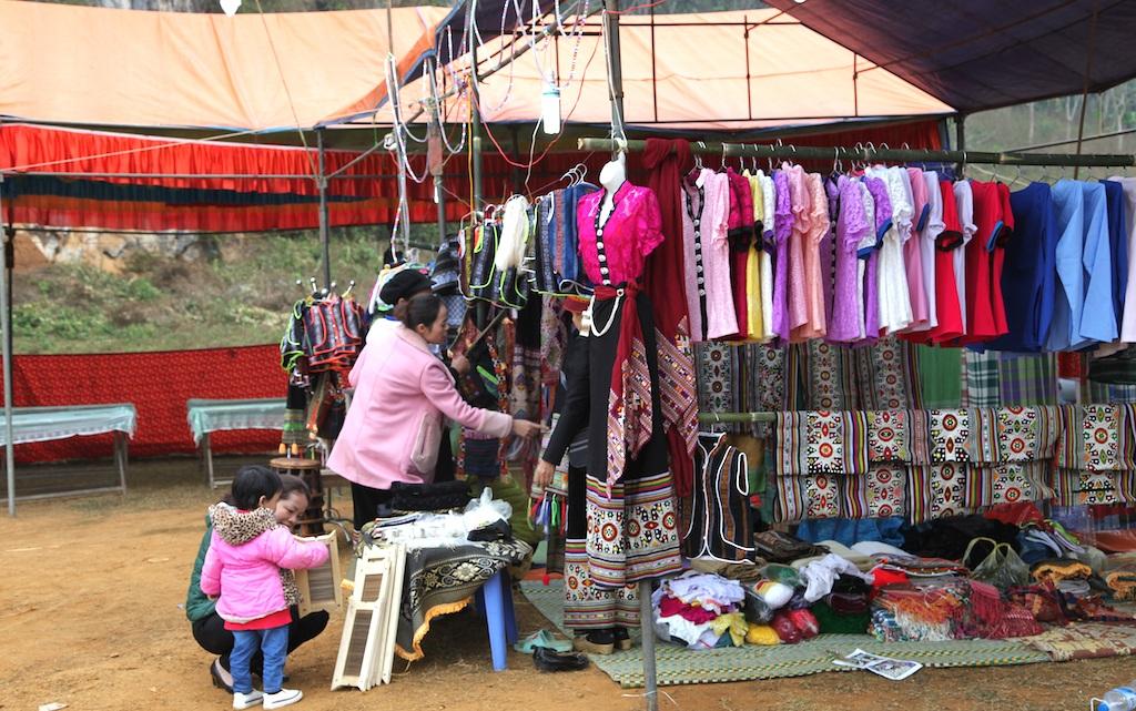 Thổ cẩm của người Thái được trưng bày, bán tại lễ hội.