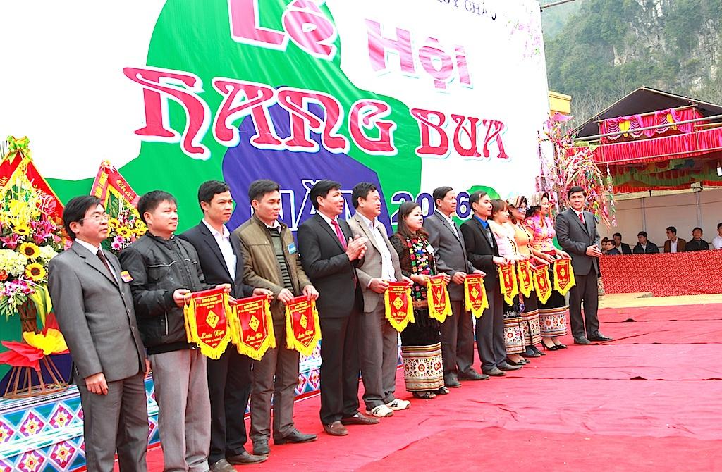 Ban tổ chức trao cờ lưu niệm cho các đội tham dự lễ.