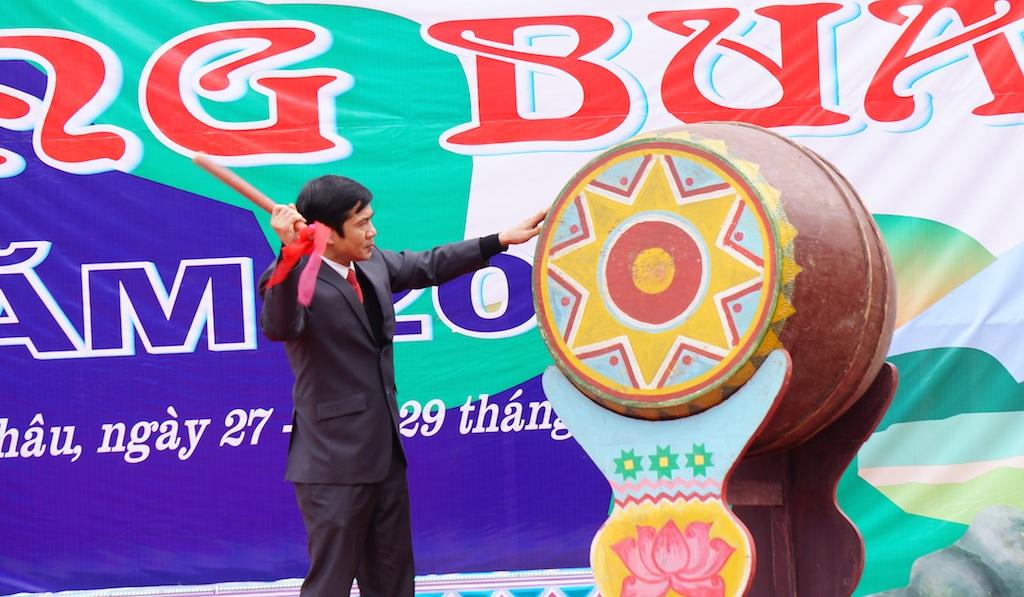 Ông Lang Văn Chiến - Bí thư huyện Uỷ Quỳ Châu đáng trống khai hội Hang Bua 2016.