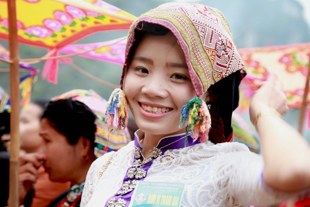 Thiếu nữ Thái trong bộ trang phục rực rỡ ở lễ hội.