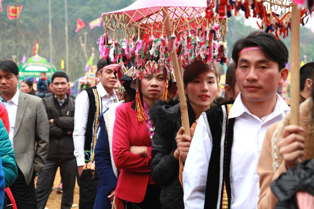 Đông đảo người dân các bản làng ra dự lễ hội.