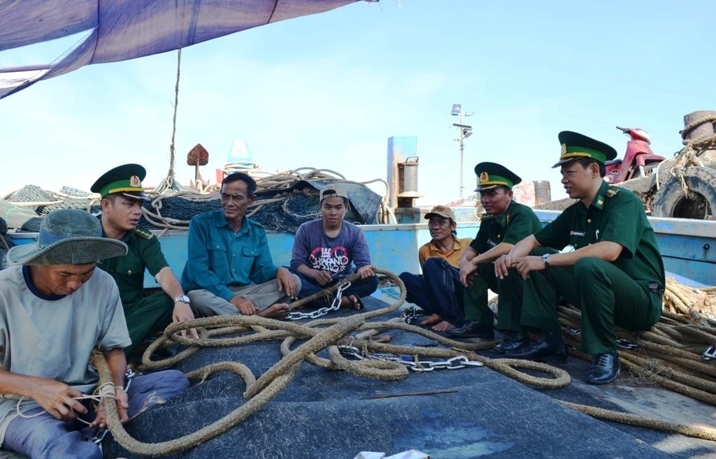 BĐBP Nghệ An luôn gần gũi thông tin, tuyên truyền cho bà con ngư dân về chủ quyền biển, đảo Tổ quốc.